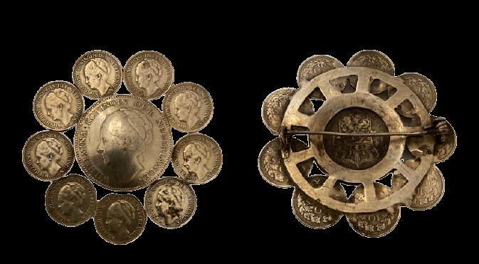 Ronde broche gemaakt van Wilhelmina munten Stil Verzet tegen de Duitse bezetter