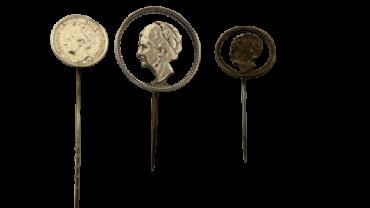 Een drietal pins van (uitgezaagde) Wilhelmina munten Stil Verzet