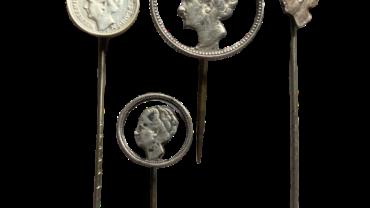 Speldjes van uitgezaagde Wilhelmina munten die op de revers gedragen werden als teken van stil verzet tegen de Duitse bezetter wo2