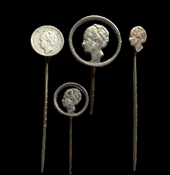 Pins van (uitgezaagde) Wilhelmina munten Stil Verzet