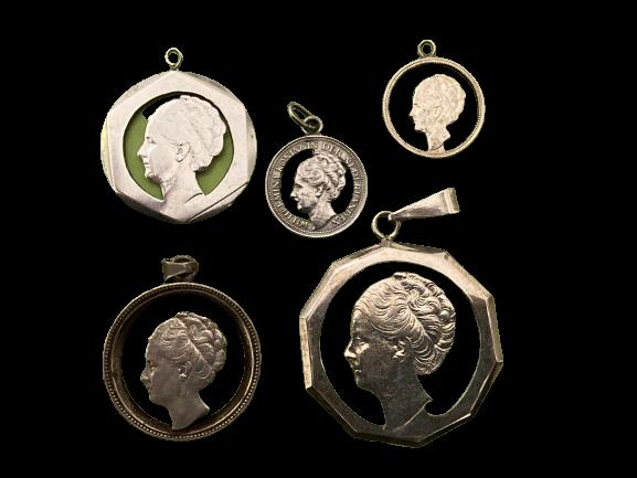 Een vijftal uit wilhelmina munten uitgezaagde stil verzet hangers