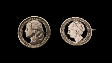 Twee Wilhelmina broches van uitgezaagde Wilhelmina Guldens